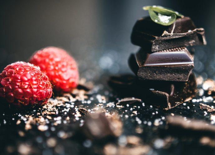 Шоколадное украшение торта