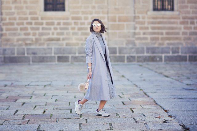 Серый свитер и серое пальто