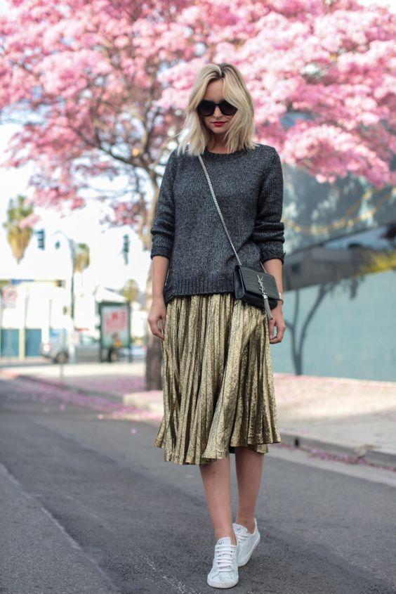 Серый свитер и юбка-металлик