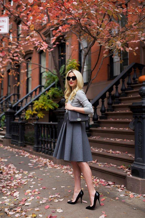 Серый свитер, расклешенная серая юбка и черные шпильки