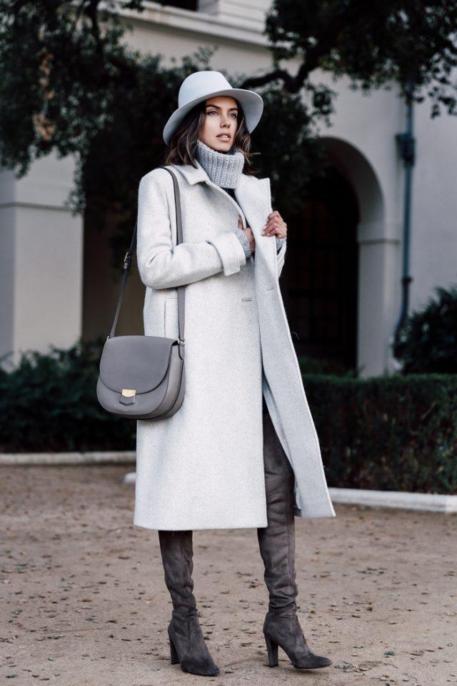 Серый свитер-водолазка с удлиненным пальто