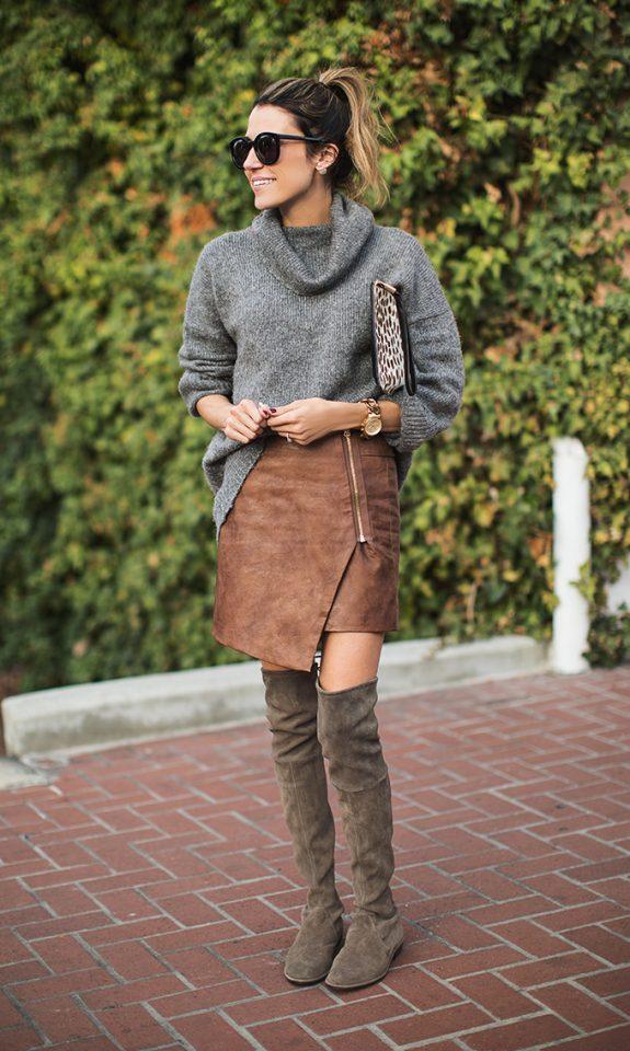 Серый свитер, юбка-асимметрия и сапоги выше колен