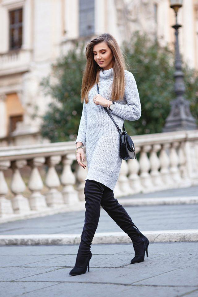 Светло-серое платье-свитер и высокие сапоги