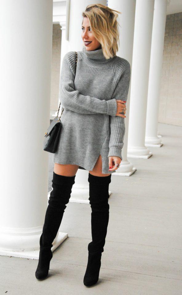 Светло-серое платье-свитер с разрезом и высокие сапоги